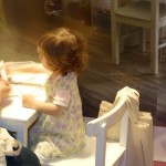 hier wird ein Kinder-Stoff-Täschchen bemalt